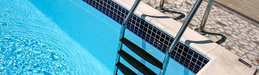 Scale e scalette per piscine interrate a skimmer o a sfioro